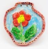 Λουλούδι αργίλου σε ένα γκρίζο υπόβαθρο, τέχνες παιδιών Στοκ εικόνα με δικαίωμα ελεύθερης χρήσης