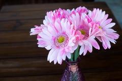 Λουλούδι βάζων σε WoodTable Στοκ Φωτογραφία