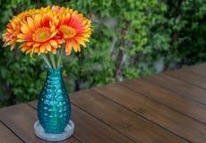Λουλούδι βάζων στο ξύλο Στοκ φωτογραφία με δικαίωμα ελεύθερης χρήσης