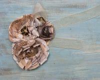 Λουλούδι εγγράφου και λογοτεχνικό κορσάζ κορδελλών Στοκ φωτογραφία με δικαίωμα ελεύθερης χρήσης