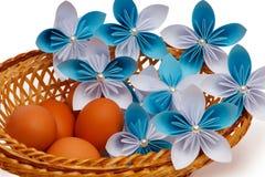 Λουλούδι εγγράφου με τα αυγά Στοκ εικόνες με δικαίωμα ελεύθερης χρήσης