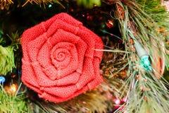 Λουλούδι διακοσμήσεων διακοπών σε ένα δέντρο Στοκ Εικόνες