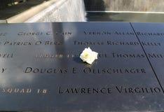 Λουλούδι που αφήνεται στο εθνικό 9/11 μνημείο σε Groun Στοκ φωτογραφία με δικαίωμα ελεύθερης χρήσης