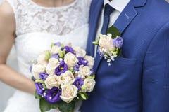 Λουλούδι στο κοστούμι συζύγων και την όμορφη γαμήλια ανθοδέσμη Στοκ Εικόνα