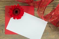 Λουλούδι φακέλων και gebera στο ξύλινο υπόβαθρο Στοκ φωτογραφία με δικαίωμα ελεύθερης χρήσης