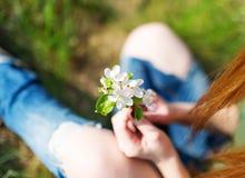 Λουλούδι Apple-δέντρων στα χέρια στο κορίτσι Στοκ φωτογραφία με δικαίωμα ελεύθερης χρήσης