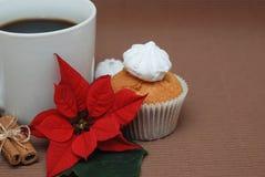 Λουλούδι Cupcake και poinsettia Στοκ φωτογραφία με δικαίωμα ελεύθερης χρήσης
