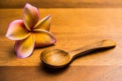 Λουλούδι Plumeria και ξύλινα κουτάλια Στοκ φωτογραφία με δικαίωμα ελεύθερης χρήσης