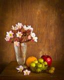 Λουλούδι Plumeria και πολλά φρούτα στον παλαιό ξύλινο πίνακα Στοκ Φωτογραφία