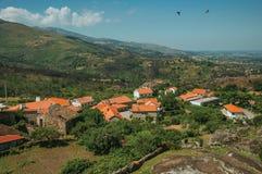 Λοφώδες τοπίο με τις στέγες και τους βράχους σπιτιών στοκ εικόνες με δικαίωμα ελεύθερης χρήσης