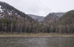 Λοφώδης ακτή του ποταμού την πρώιμη άνοιξη στοκ εικόνες