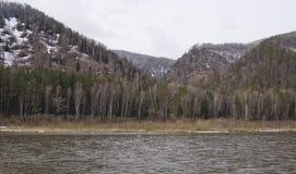 Λοφώδης ακτή του ποταμού την πρώιμη άνοιξη στοκ φωτογραφία με δικαίωμα ελεύθερης χρήσης