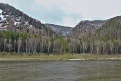 Λοφώδης ακτή του σιβηρικού ποταμού την πρώιμη άνοιξη στοκ φωτογραφία