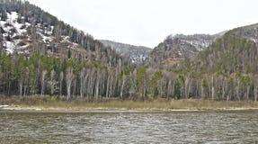 Λοφώδης ακτή του σιβηρικού ποταμού την πρώιμη άνοιξη στοκ εικόνες