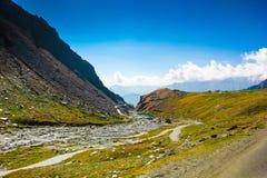Λοφώδης εθνική οδός με το πράσινο λιβάδι και μπλε ουρανός στον τρόπο στο Ιμαλάια από το δρόμο, τουρισμός Himachal manali leh lada Στοκ Εικόνες