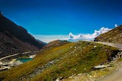 Λοφώδης εθνική οδός με το πράσινο λιβάδι και μπλε ουρανός στον τρόπο στο Ιμαλάια από το δρόμο, τουρισμός Himachal manali leh lada Στοκ εικόνα με δικαίωμα ελεύθερης χρήσης