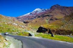 Λοφώδης εθνική οδός με το πράσινο λιβάδι και μπλε ουρανός στον τρόπο στο Ιμαλάια από το δρόμο, τουρισμός Himachal manali leh lada Στοκ Φωτογραφίες