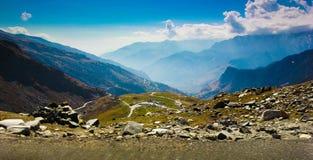 Λοφώδης εθνική οδός με το πράσινο λιβάδι και μπλε ουρανός στον τρόπο στο Ιμαλάια από το δρόμο, τουρισμός Himachal manali leh lada Στοκ Φωτογραφία