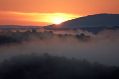λοφώδης ελαφριά misty ακτίνα πρωινού περιοχής στοκ φωτογραφία