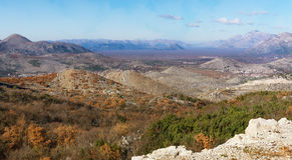 Λοφώδης έκταση η χορήγηση του συνδετήρα της Βοσνίας περιοχών περιοχής που χρωματίστηκε η Ερζεγοβίνη περιλαμβάνει σημαντικό χαράζε στοκ εικόνες