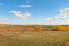 Λοφώδης έκταση με ένα μικρό αγρόκτημα στοκ εικόνα με δικαίωμα ελεύθερης χρήσης