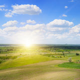 Λοφώδης έκταση, τομέας άνοιξη και ανατολή στο μπλε ουρανό στοκ εικόνες