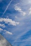 Λούβρο και όμορφος ουρανός Στοκ εικόνες με δικαίωμα ελεύθερης χρήσης