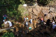 Λούζοντας προσκυνητές μετά από να αναρριχηθεί στην ιερή αιχμή βουνών Adams στοκ φωτογραφία με δικαίωμα ελεύθερης χρήσης
