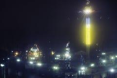 Λούνα παρκ τη νύχτα - δείτε από τα ferris τη ρόδα, τα ιπποδρόμια και την έλξη στην κίνηση Στοκ Εικόνα