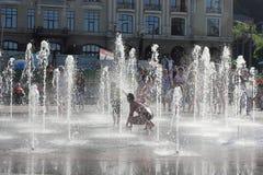 Λούσιμο σε μια πηγή πόλεων Στοκ Εικόνα