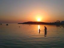Λούσιμο στη θάλασσα βραδιού Στοκ Εικόνα