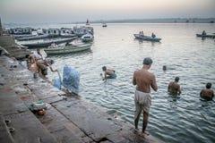 Λούσιμο στο Γάγκη στην ανατολή στο Varanasi Στοκ Φωτογραφίες