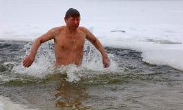Λούσιμο του χειμώνα, οδόβαινοι ανθρώπων στοκ εικόνες με δικαίωμα ελεύθερης χρήσης