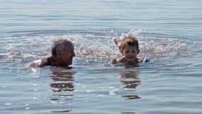 Λούσιμο Grandpa και εγγονών στην αλμυρή λίμνη απόθεμα βίντεο