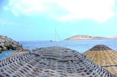 Λυγαριά parasols και άποψη θάλασσας στοκ εικόνες