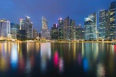 Λυκόφως, κεντρικό μέτωπο επιχειρησιακής στο κέντρο της πόλης θάλασσας κτιρίου γραφείων της Σιγκαπούρης Στοκ Εικόνες