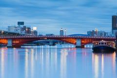 Λυκόφως, κόκκινος διαγώνιος ποταμός γεφυρών Στοκ εικόνα με δικαίωμα ελεύθερης χρήσης