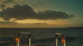 Λυκόφως πριν από την ανατολή τα πρώτα πρακτικά της πρόωρης αυγής πέρα από τον ωκεανό απόθεμα βίντεο