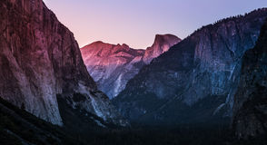 Λυκόφως στην κοιλάδα Yosemite Στοκ εικόνες με δικαίωμα ελεύθερης χρήσης