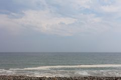 Λυκόφως στην όμορφη εικόνα οριζόντων φύσης με το μπλε ουρανό Ωκεάνια κύματα στην παραλία με το μπλε ουρανό με τα σύννεφα στον ορί στοκ φωτογραφία