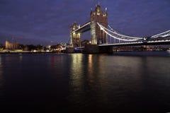 Λυκόφως στη γέφυρα πύργων, Λονδίνο, Αγγλία Στοκ Εικόνες
