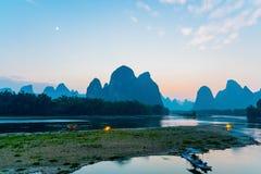 Λυκόφως τοπίων ποταμών Yangshuo Lijiang Guilin στοκ φωτογραφίες με δικαίωμα ελεύθερης χρήσης