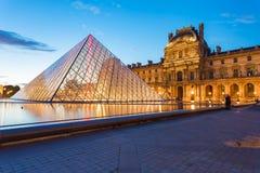 Λυκόφως του μουσείου του Λούβρου στο Παρίσι, Γαλλία Στοκ Εικόνες