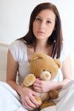 Λυπημένα να πάρουν κοριτσιών μόνα και το αγκάλιασμα μαλακού teddy αντέχουν Στοκ Εικόνες