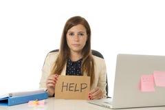 Λυπημένη απελπισμένη επιχειρηματίας στην πίεση στο σημάδι βοήθειας εκμετάλλευσης γραφείων υπολογιστών γραφείων Στοκ εικόνες με δικαίωμα ελεύθερης χρήσης