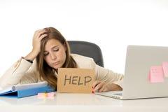 Λυπημένη απελπισμένη επιχειρηματίας στην πίεση στο σημάδι βοήθειας εκμετάλλευσης γραφείων υπολογιστών γραφείων Στοκ Εικόνα