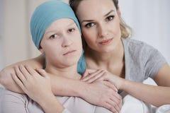 Λυπημένη γυναίκα καρκίνου με την αδελφή Στοκ εικόνες με δικαίωμα ελεύθερης χρήσης