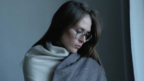Λυπημένη γυναίκα κοντά στο παράθυρο που σκέφτεται για κάτι απόθεμα βίντεο