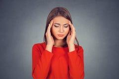 Λυπημένη γυναίκα με την ανησυχημένη τονισμένη έκφραση προσώπου που κοιτάζει κάτω στοκ φωτογραφίες με δικαίωμα ελεύθερης χρήσης