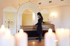 Λυπημένη γυναίκα με το φέρετρο στην κηδεία στην εκκλησία Στοκ εικόνα με δικαίωμα ελεύθερης χρήσης